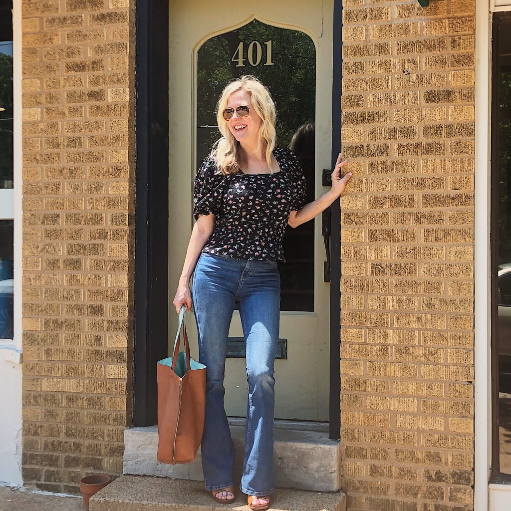 topshop jamie jeans | Top Missouri fashion blogger, Emmy Lou Styles, features her Top Nordstrom Sale Picks: picture of a blonde woman wearing a black top and TOPSHOP jeans.