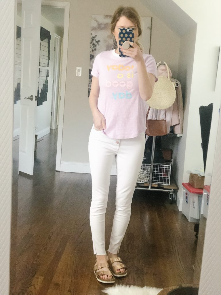 7 ways to wear white jeans_girl wearing graphic tee and white jeans