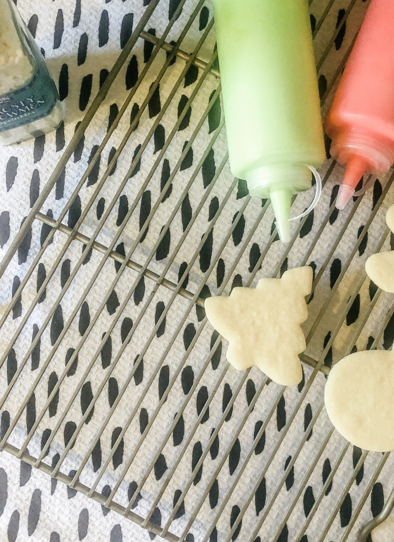 royal icing for sugar cookies in squeezable condiment bottles